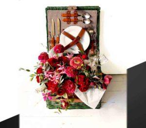 Picknickmand en boeket bloemen