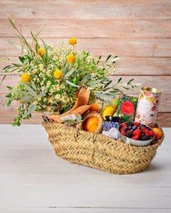fruitmanden met bloemen en chocolade
