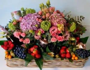 fruitmand geven manden-met-rozen